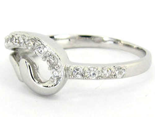 Levný prsten se zirkony pro přítelkyni