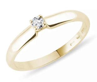 Prstýnek ze žlutého 14k zlata s drobným diamantem v briliantovém brusu