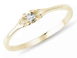 Tenký zlatý zásnubní prsten s briliantem