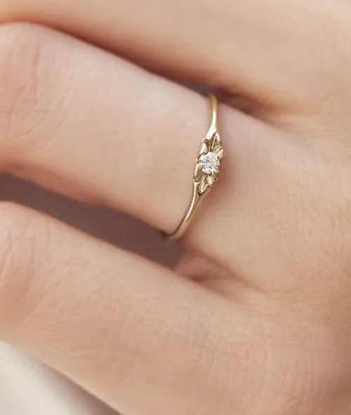 Zlatý prsten s briliantem pro budoucí manželku