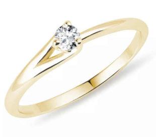 Asymetrický zlatý zásnubní prsten s briliantem