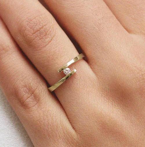 Spirálový zásnubní prsten žluté zlato a diamant