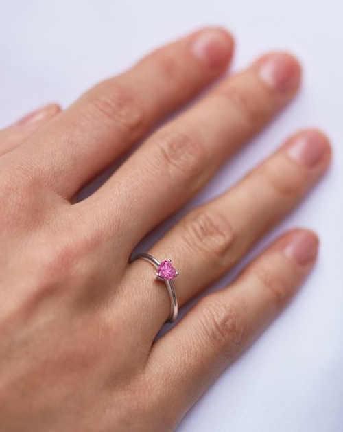 Dámský prsten ze zlata s růžovým safírem ve tvaru srdce