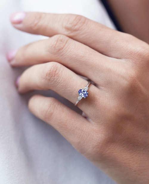 Zlatý dámský prstýnek s drahokamy