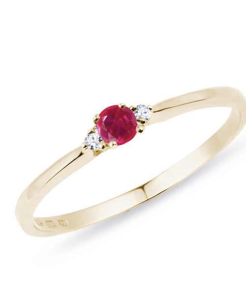 Zlatý jemný prstýnek s rubínem a diamantem