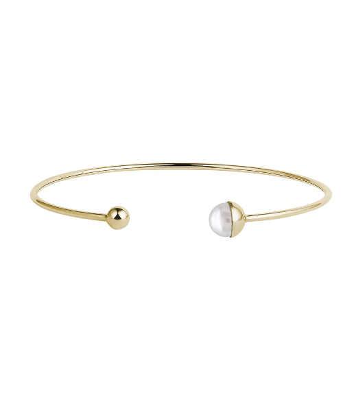 Zlatý náramek s perlou v minimalistickém designu