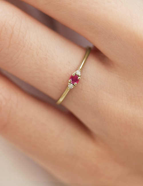 decentní zásnubní prstýnek ze zlata s diamantem