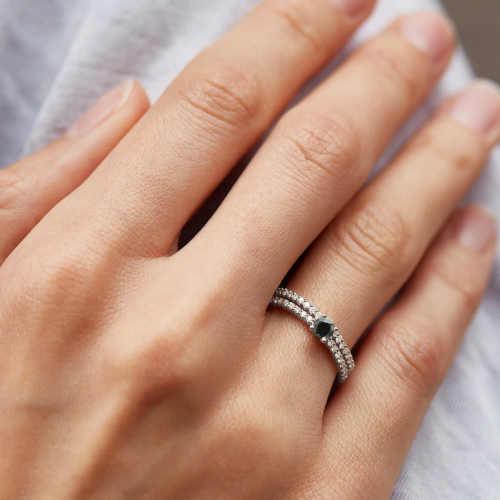 decentní prstýnek dekorovaný černým diamantem