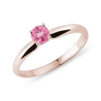 Růžový prsten ze zlata dekorovaný safírem