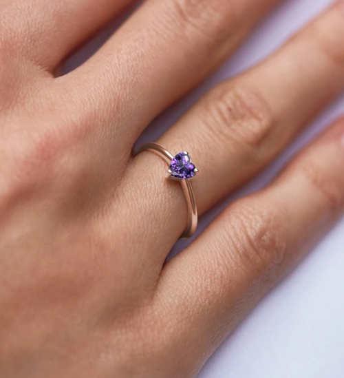Zlatý dámský prstýnek s fialovým drahokamem ve tvaru srdce