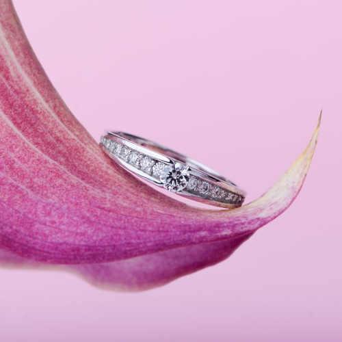 prsten bílé zlato zdobený brilianty