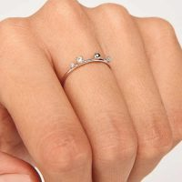 stříbrný prsten dekorovaný zirkony