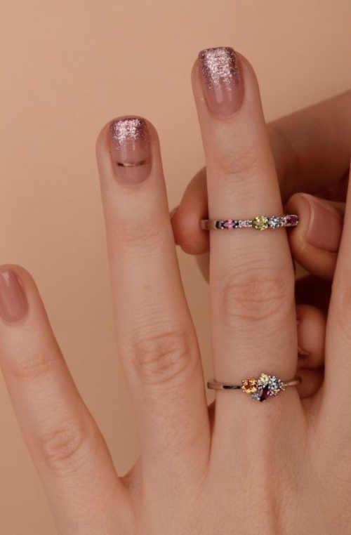 prsten zdobený barevnými kameny